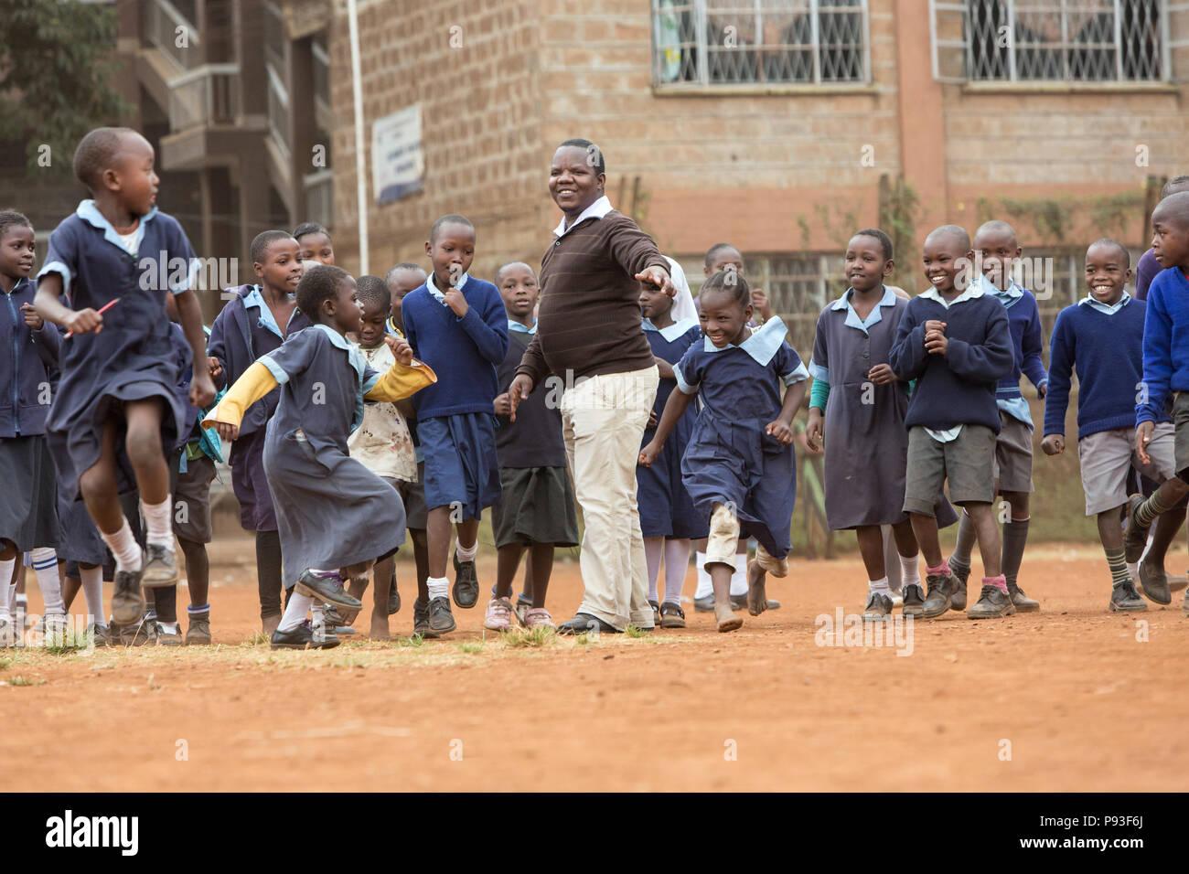 Nairobi, Kenya - Studenti in uniformi di scuola competere nel schoolyard di San Giovanni Centro Comunitario Pumwani. Immagini Stock