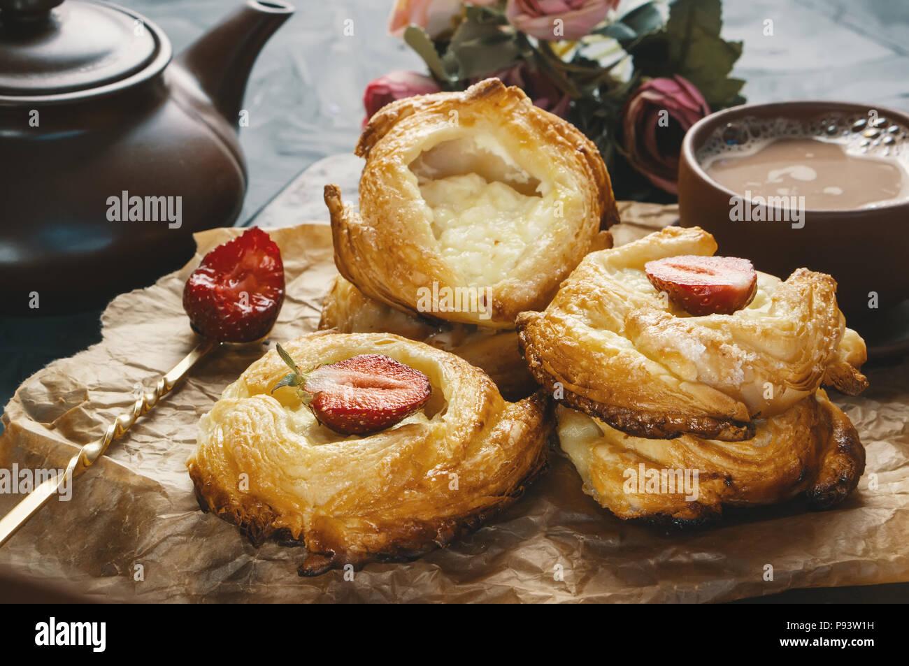 Rotoli di pasta sfoglia e formaggio, fatti in casa europea. Fatti in casa a base di panini per il tè. Immagini Stock