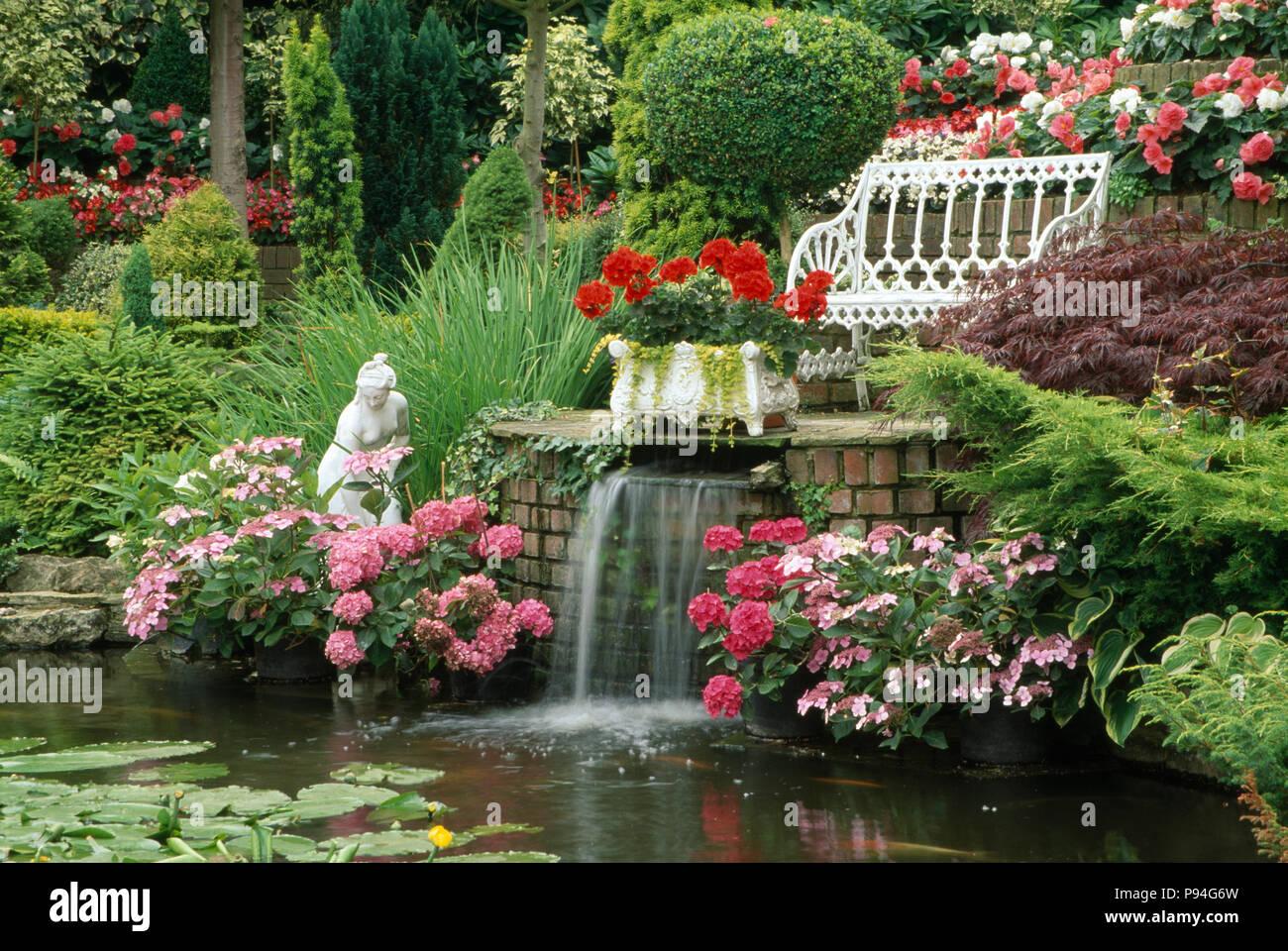 Laghetto Con Cascata Da Giardino : Fontana nel giardino con laghetto e cascata. sedile bianco con