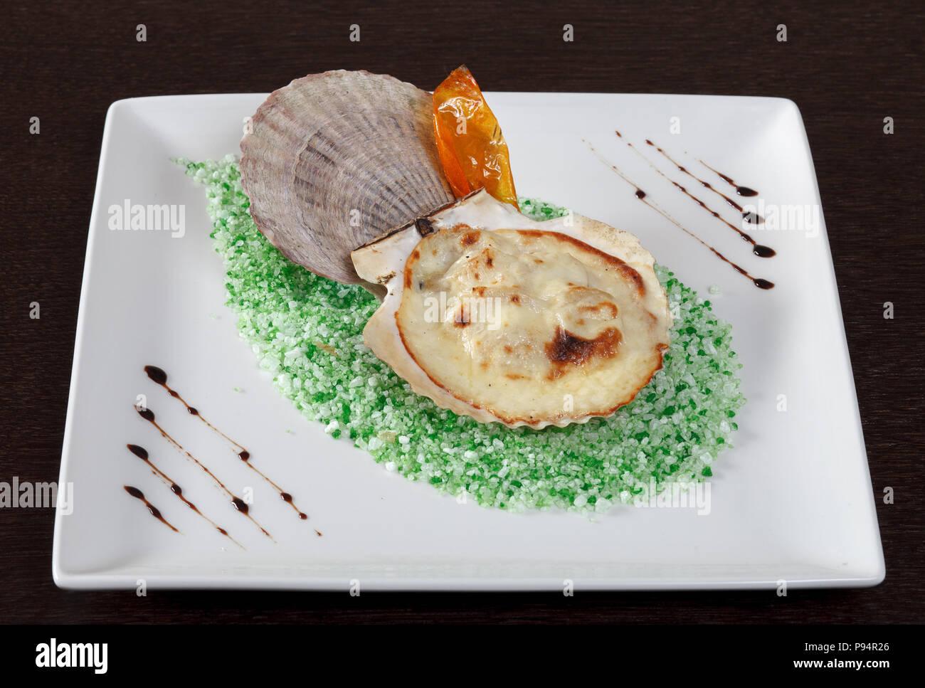 Capesante cotto sul sale grosso. La decorazione di un piatto di ...