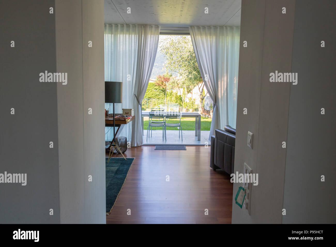 Tende Soggiorno Bianche : Vista del patio esterno e giardino da un lussuoso soggiorno tende