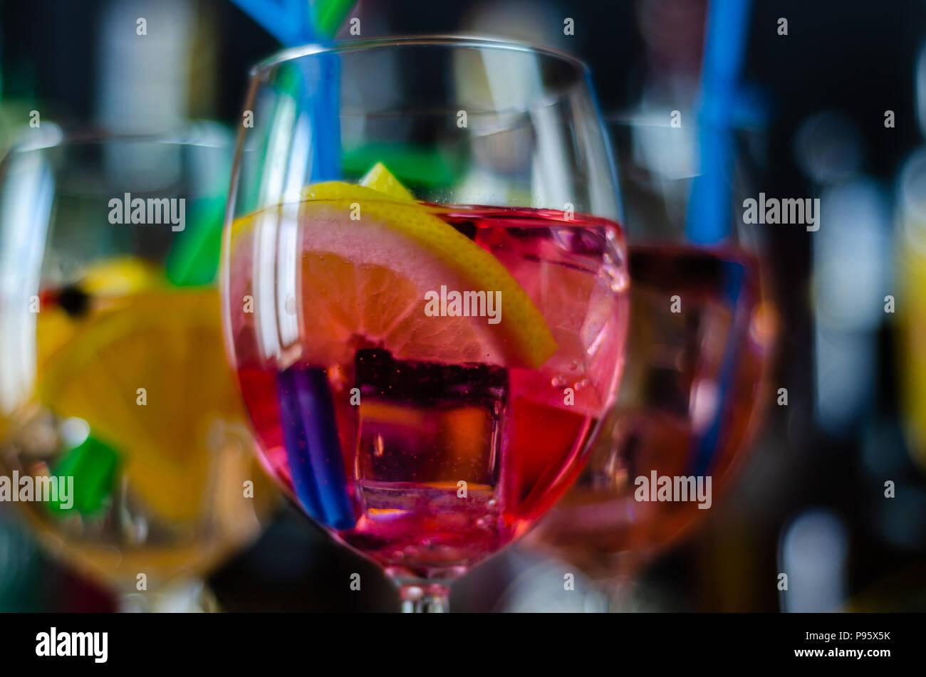 Fresca e dissetante cocktail a base di gin, un caratteristico aroma di erbe, bar Foto Stock