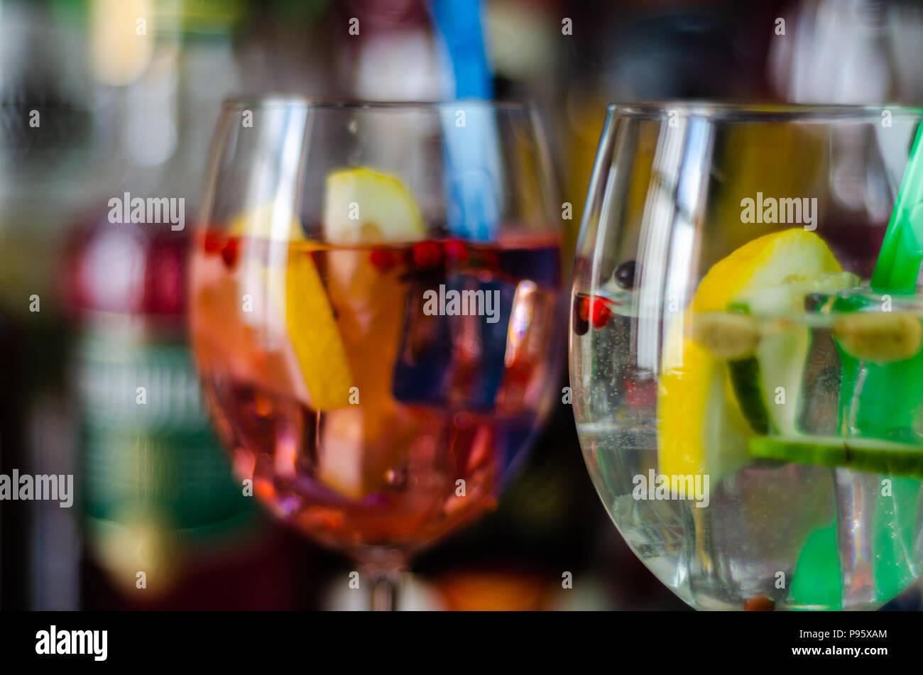 Fresca e dissetante cocktail a base di gin, un caratteristico aroma di erbe, bar Immagini Stock