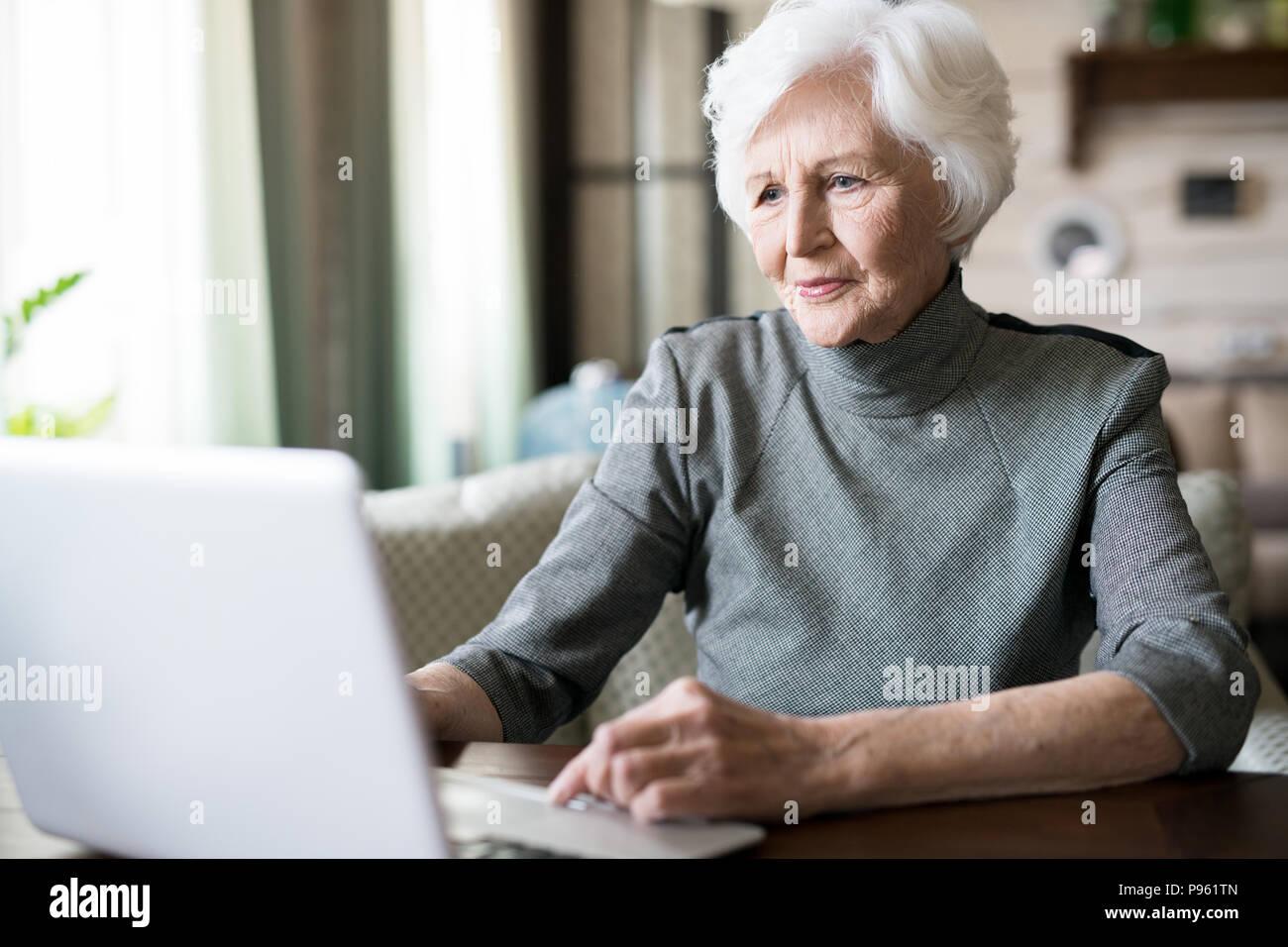 Senior donna utilizzando laptop Immagini Stock