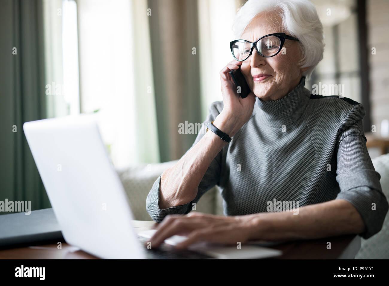 Senior donna avente una conversazione al telefono Immagini Stock