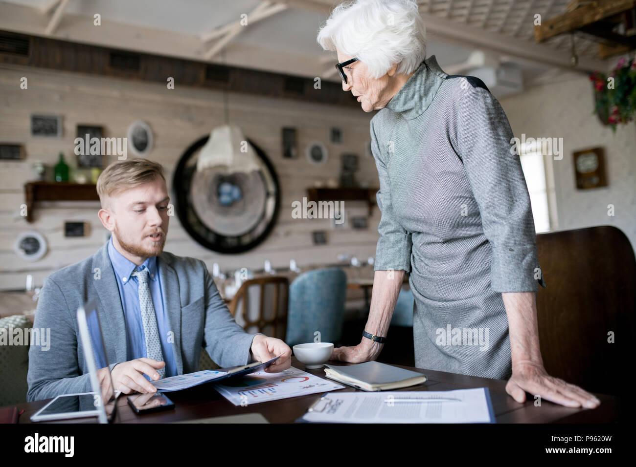 Senior leader e il dipendente Immagini Stock