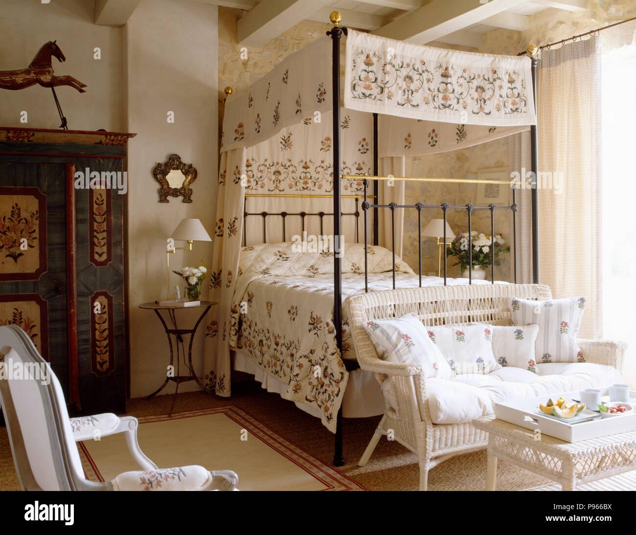 Motivi floreali drappi crema con abbinamento di bed ...