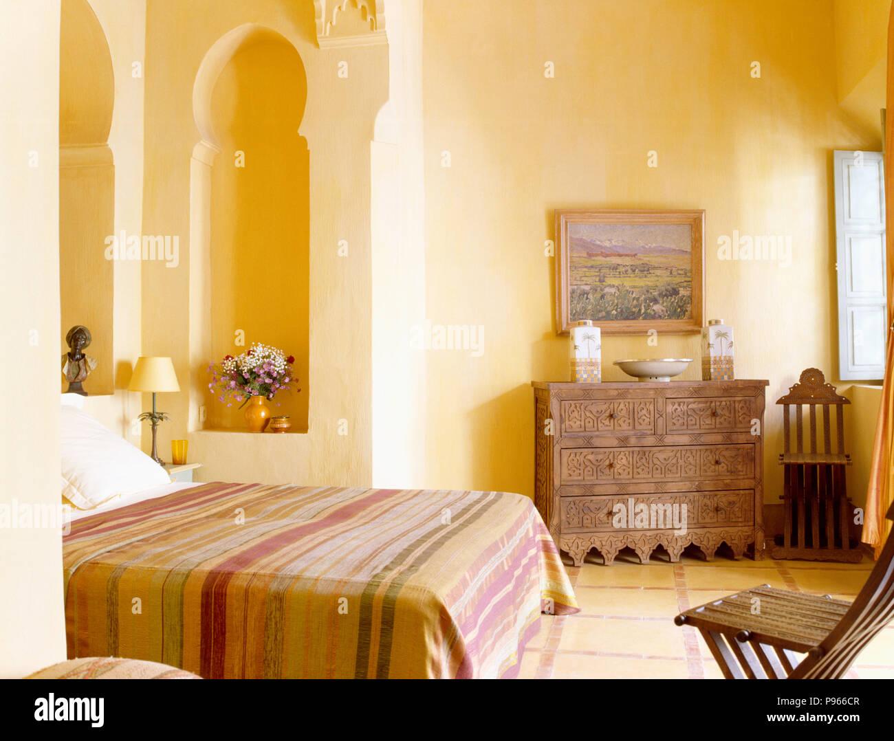 Camere Da Letto Marocco : Letto a strisce coperchio sul letto in camera da letto marocchina