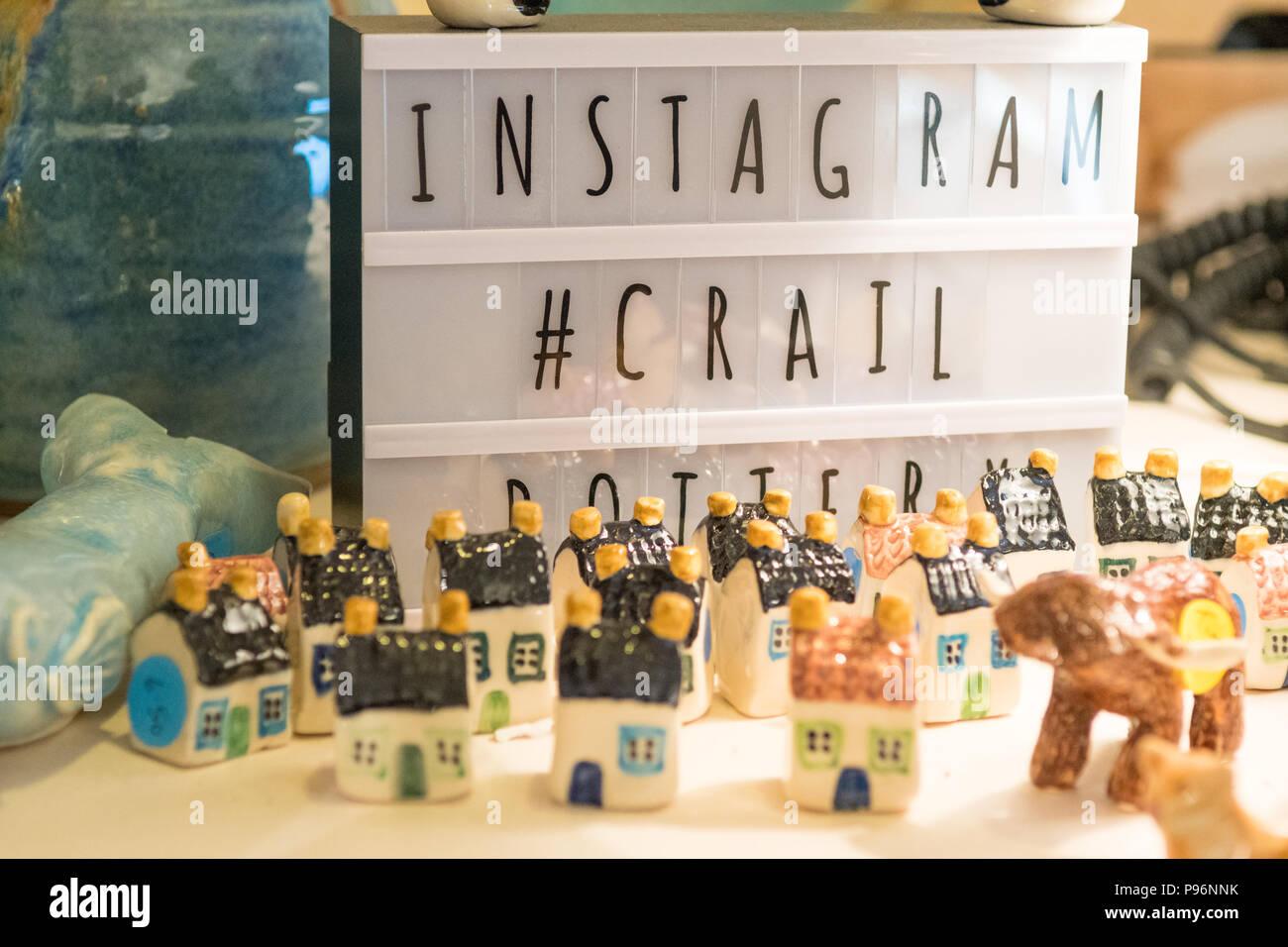 Il social media marketing utilizzando branded hashtag per incoraggiare i contenuti generati dagli utenti da parte di una piccola azienda - Crail ceramiche, Fife, Scozia, Regno Unito Foto Stock