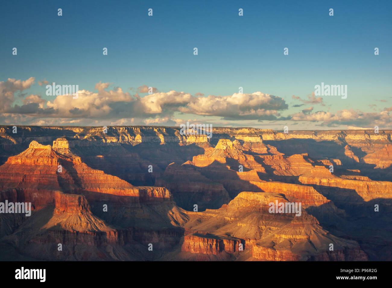 La luce del sole al Grand Canyon visto dal punto di Mohave prima del tramonto con alcune nuvole nel cielo Immagini Stock