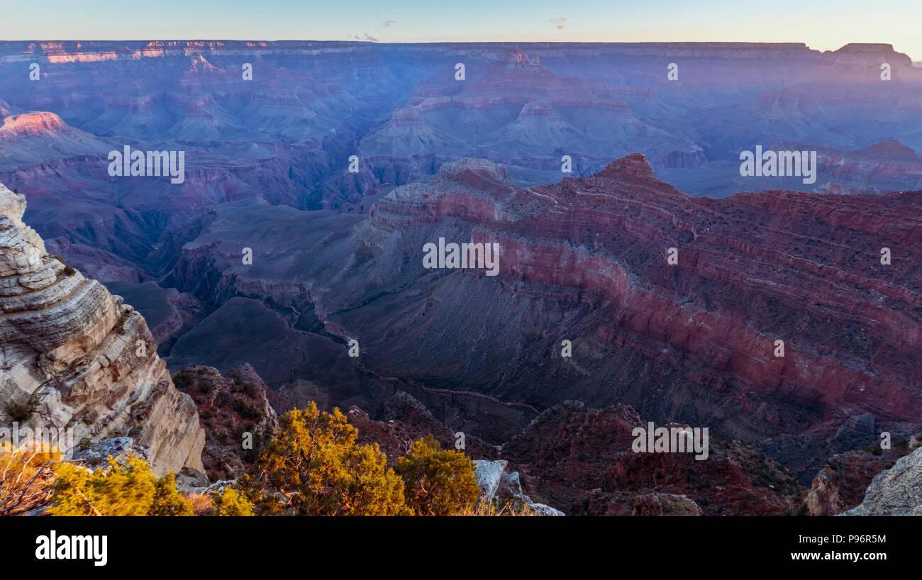 Sunrise al Grand Canyon Mather Point, Arizona su una mattina di sole in autunno Immagini Stock