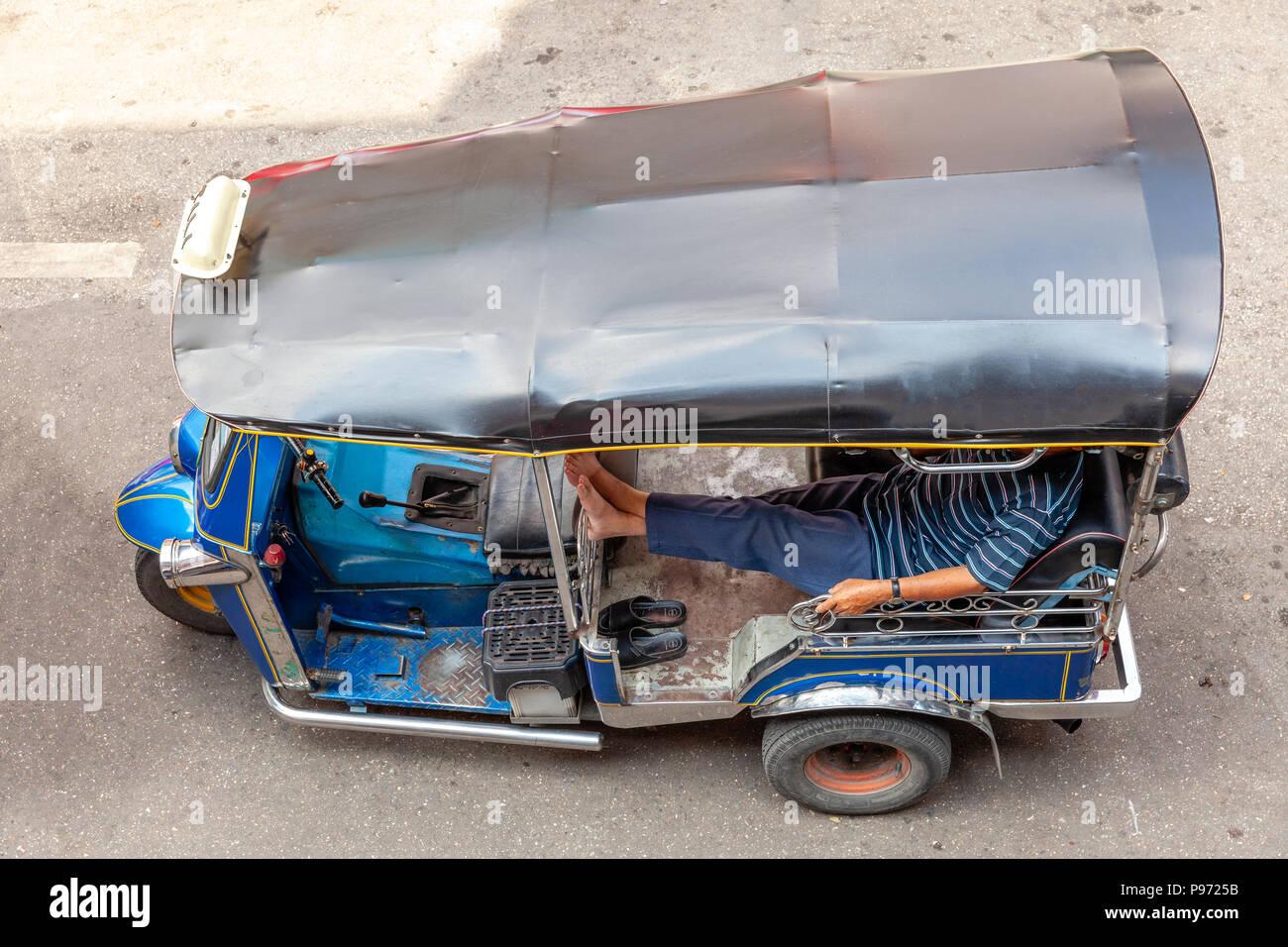 Un tuk-tuk driver attende i clienti sulla strada di Chiang Mai, Thailandia. Immagini Stock