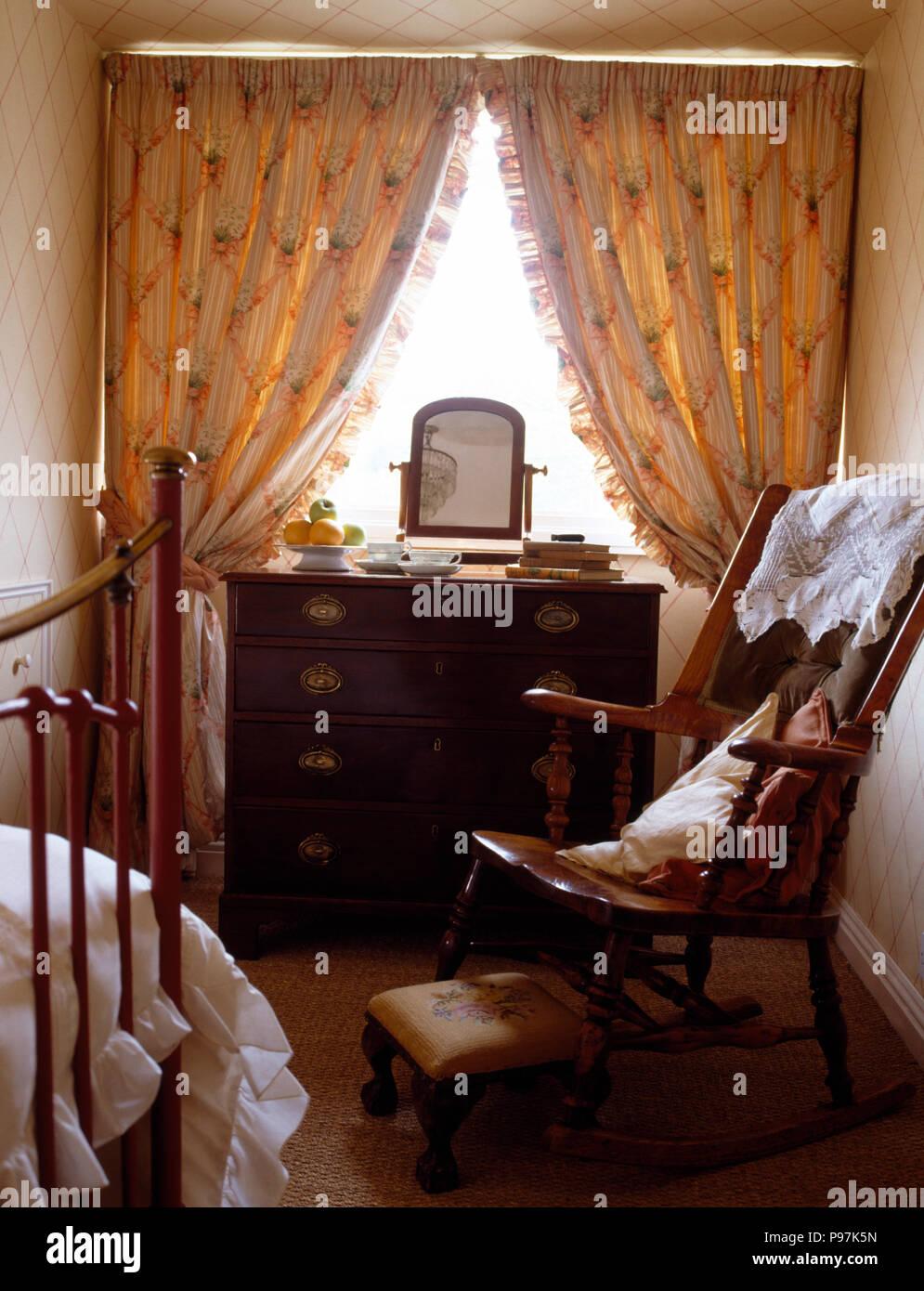 Antiquariato sedia in legno in una piccola camera da letto con una ...