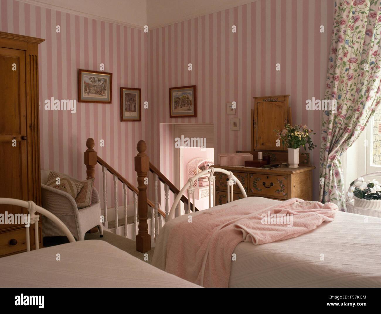 Carta Da Parati Rosa A Strisce : Rosa carta da parati a strisce negli ottanta camera da letto con