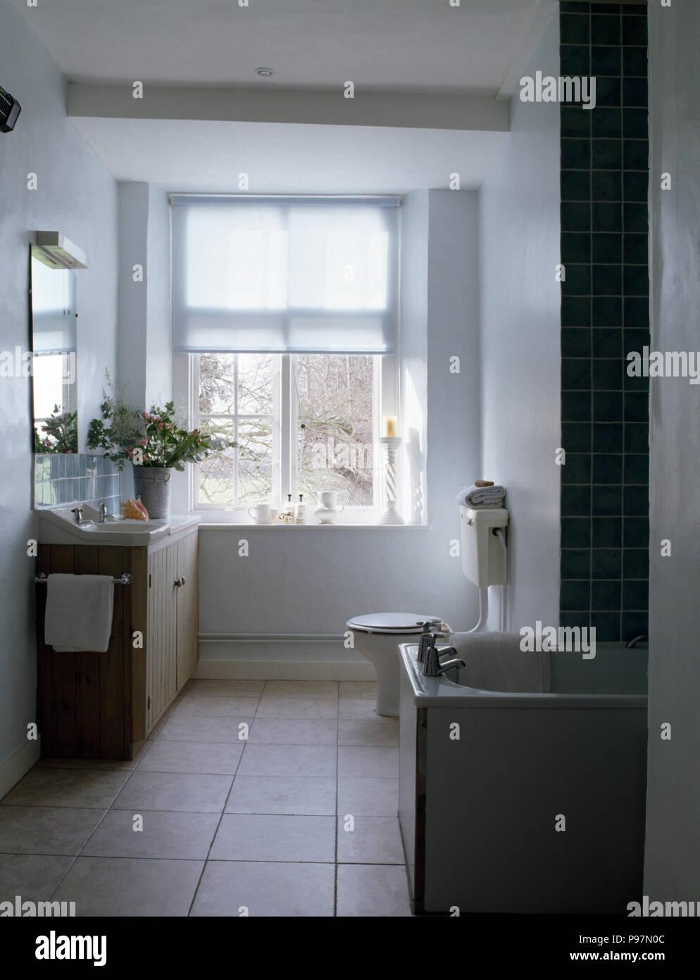 Tende Per Il Bagno Moderno tenda bianca sulla finestra in un bagno moderno con un