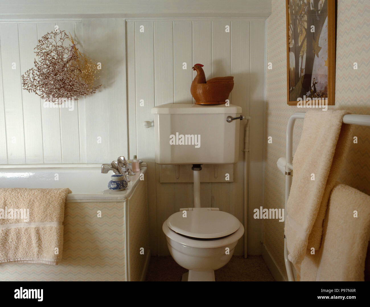 Toilette Da Bagno : Ornamento di pollo sulla toilette beige in bianco con pannelli
