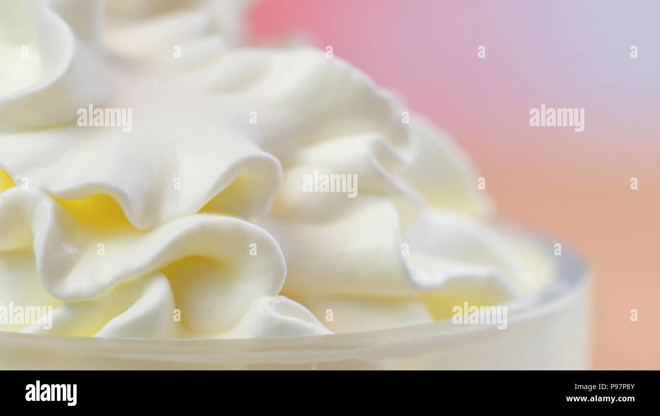 Volute di panna montata, macro closeup preparazione per la decorazione delle torte. Immagini Stock