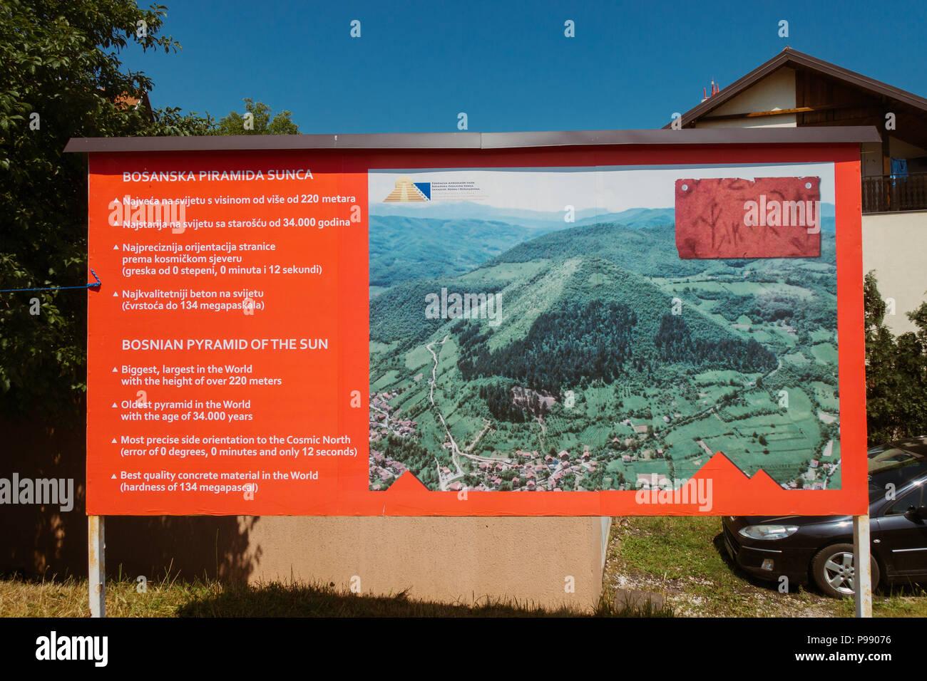 Un segnale di informazione all'ingresso della piramide bosniaca del Sole, ruotato dall'archeologia internazionale comunità come una beffa Immagini Stock