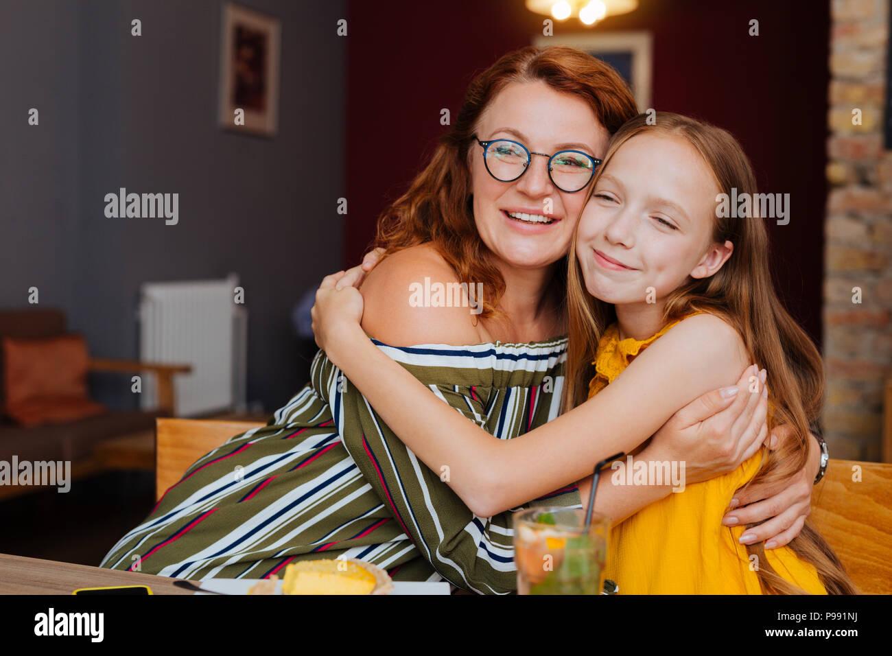 Madre e figlia sensazione deliziosa avente il giorno libero insieme Immagini Stock