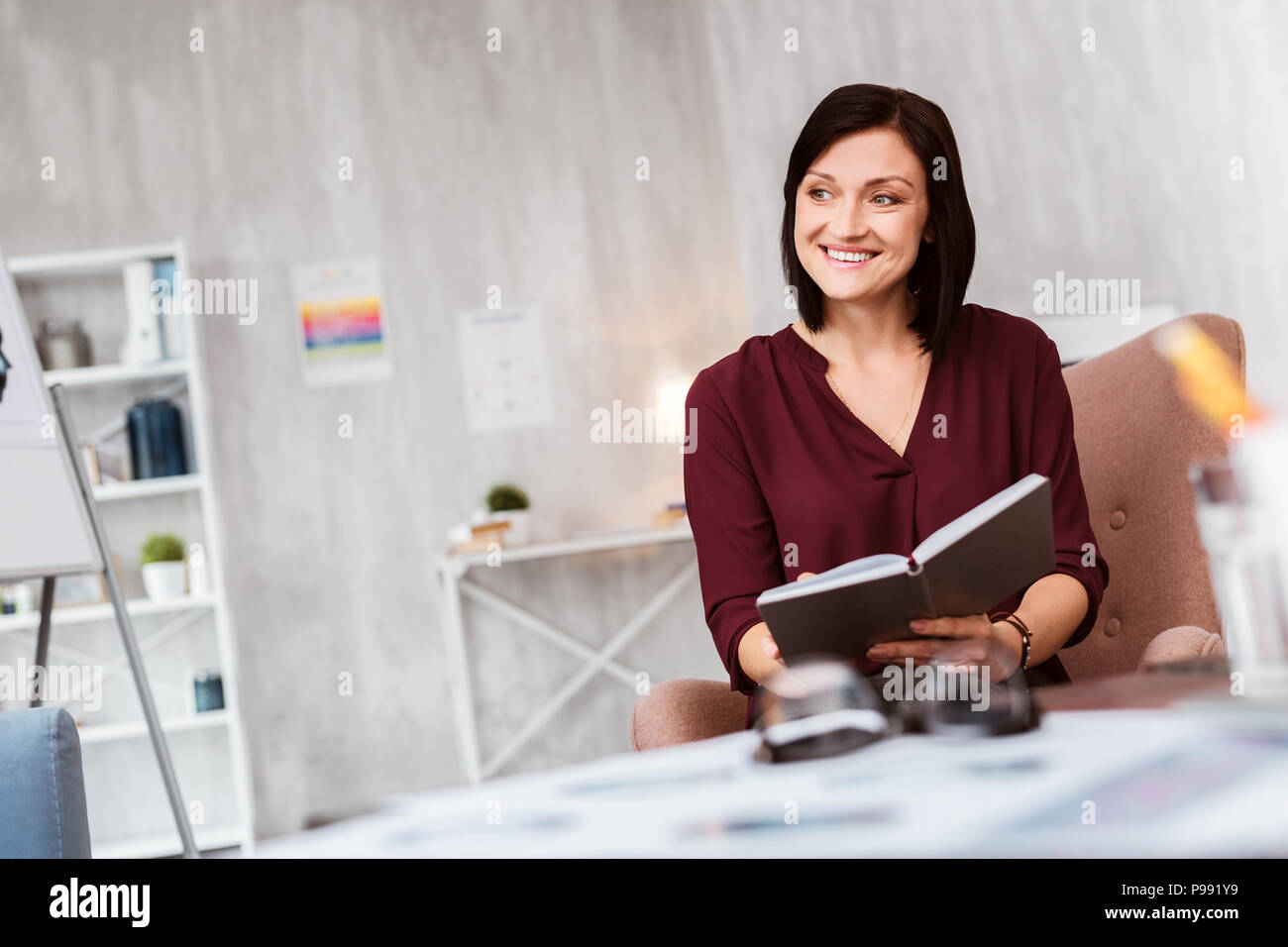 Felice psicologo sorridente e guardando il suo paziente Immagini Stock