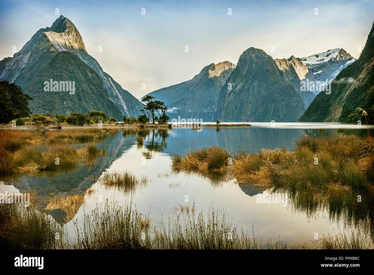 Mitre Peak, Milford Sound, Parco Nazionale di Fiordland,Nuova Zelanda. Famosa in tutto il mondo Milford Sound è una icona della Nuova Zelanda e un Sito Patrimonio Mondiale dell'UNESCO, Foto Stock
