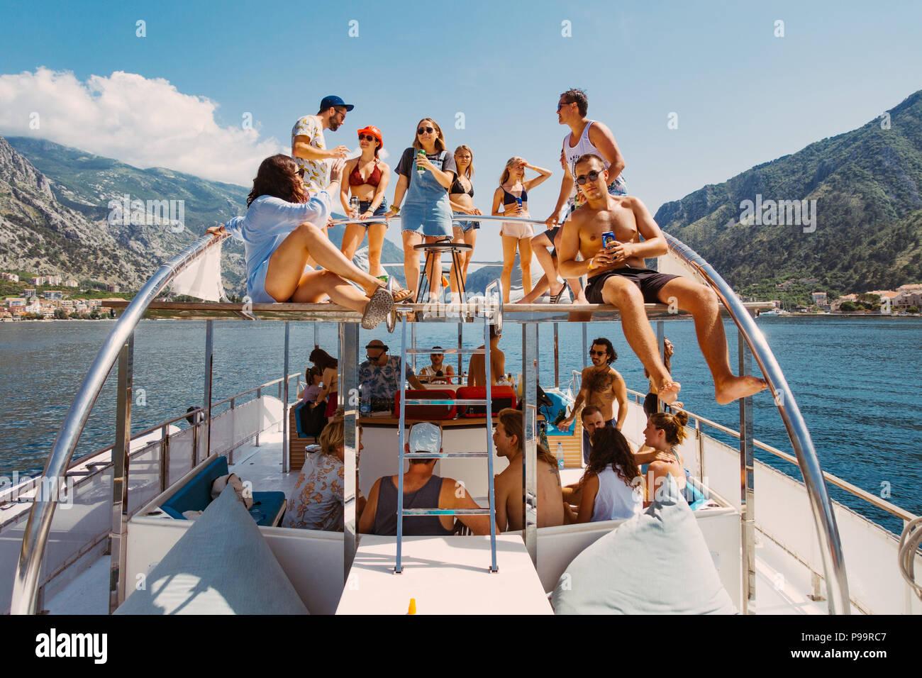 Giovani festaioli di bere su una barca in Kotor, Montenegro - un sempre più popolare destinazione di partito Immagini Stock