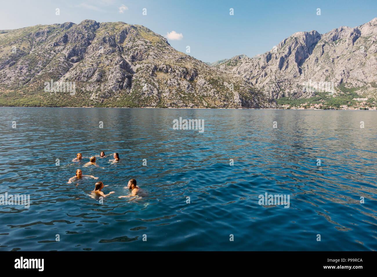 Giovani festaioli su una barca in Kotor, Montenegro - un sempre più popolare destinazione di partito Immagini Stock