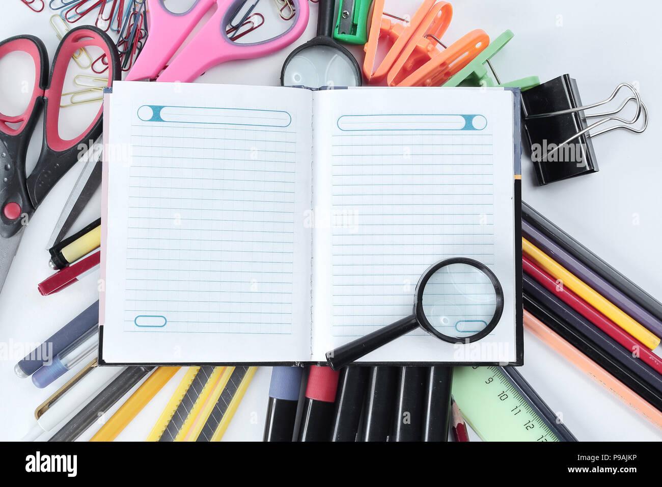 Forniture Per Ufficio : Magnifier giorno planner e forniture per ufficio su sfondo bianco