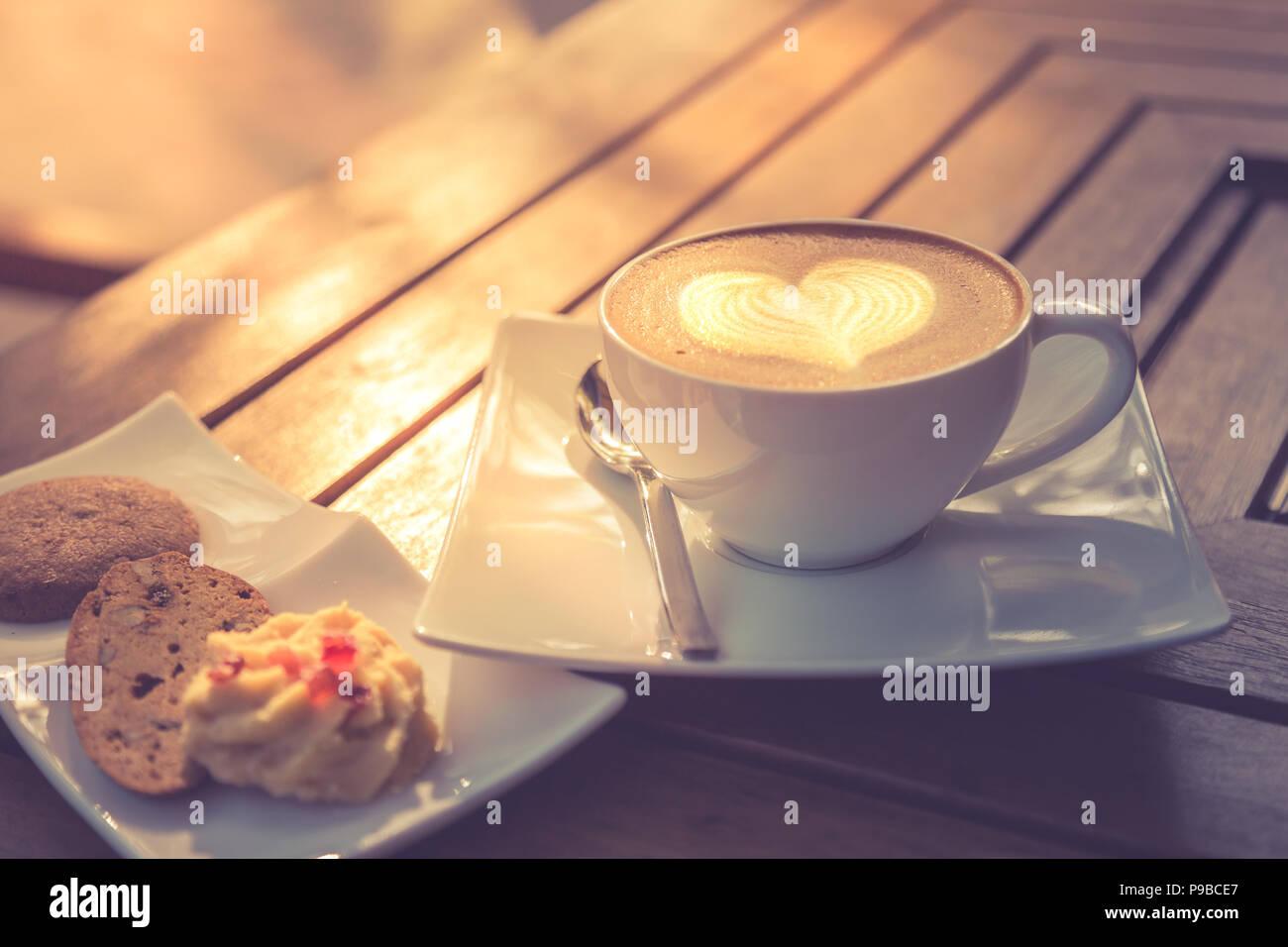 Gustosa cercando latte art caffè il concetto di sfondo, mattina tavolo in legno immagine superiore Immagini Stock