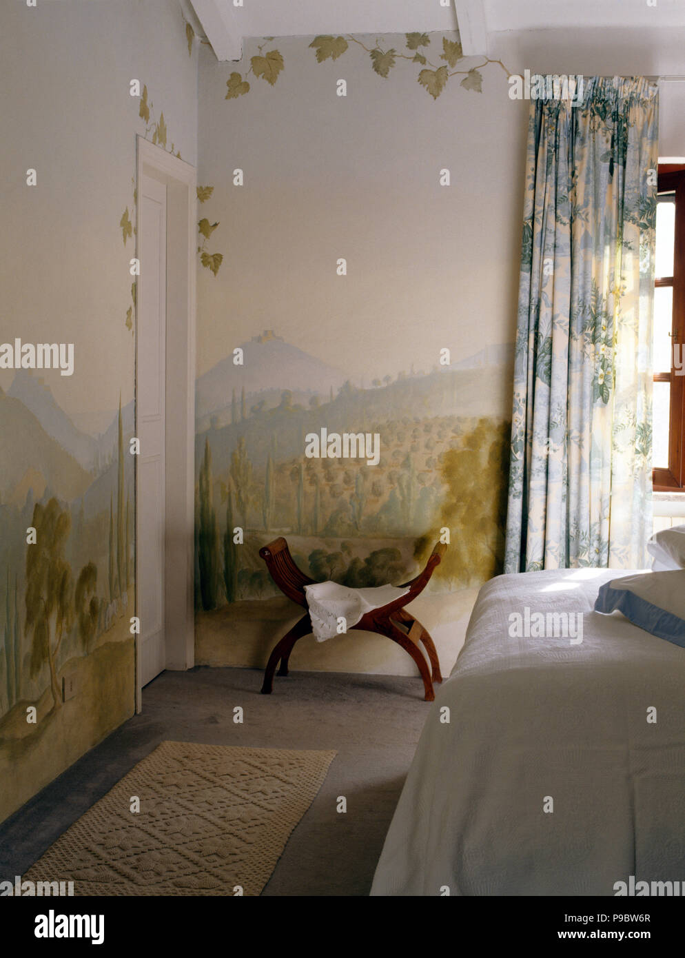 Murale della campagna italiana dipinto sulle pareti di una ...
