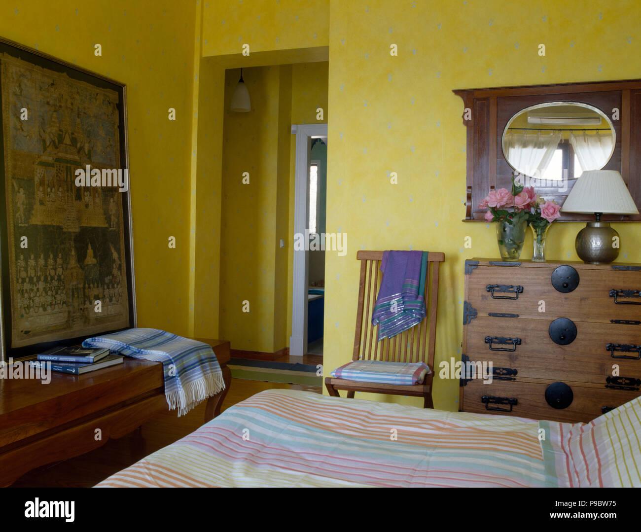 Cassettiera Camera Letto : Vintage specchio sulla parete sopra un oriental cassettiera in un