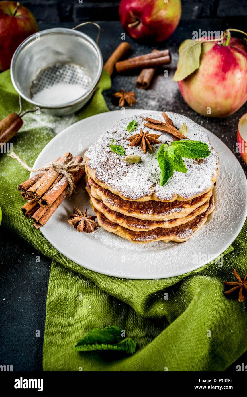 Dolce e piccante autunno apple pancake, con anice, cannella e zucchero, blu scuro dello sfondo spazio di copia Immagini Stock