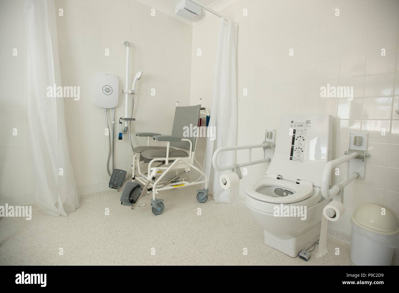 Bagno per disabili e doccia a casa di una persona disabile foto