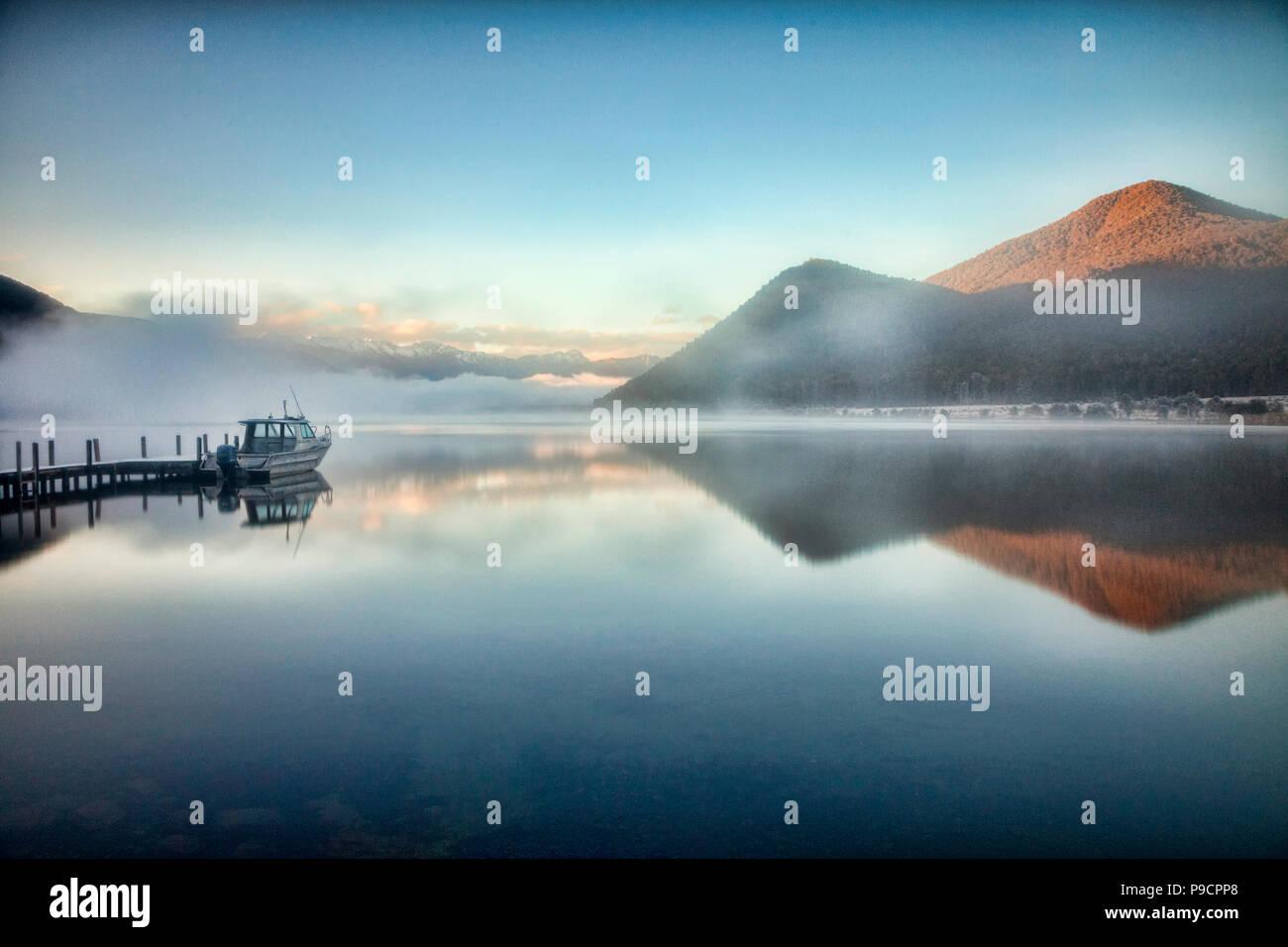 Un colde e nebbiosa mattina al Lago Rotoroa, Nelson Lakes National Park, Nuova Zelanda. Immagini Stock