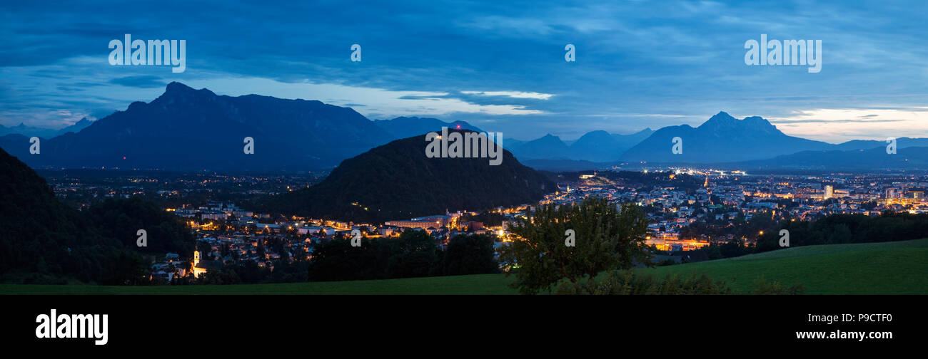 Panoramica vista notturna della città di Salisburgo, nelle Alpi austriache, Austria, Europa Immagini Stock