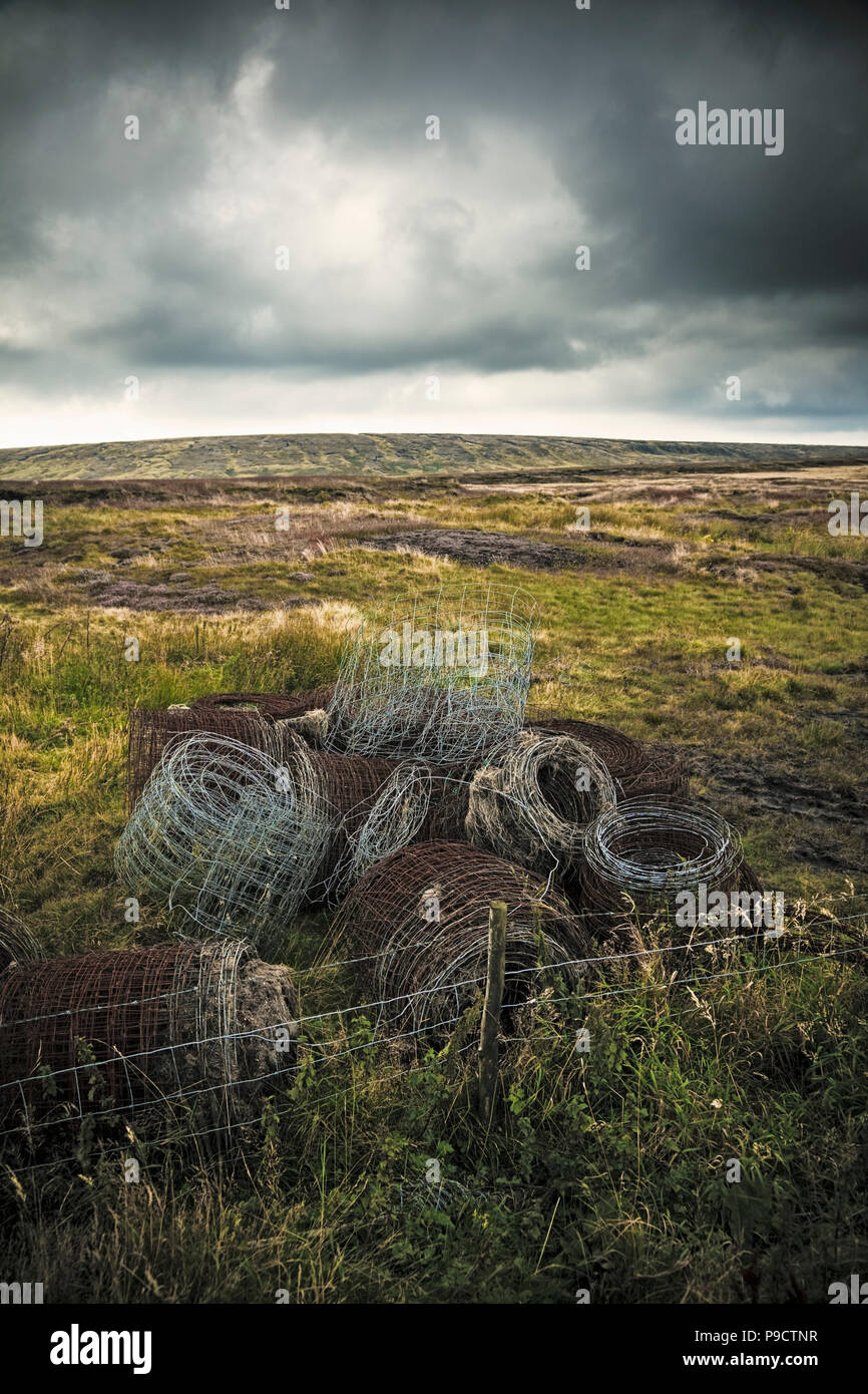 Pila di vecchi e ruggine rotoli di recinzione in ferro sul Yorkshire Moors, England, Regno Unito Immagini Stock