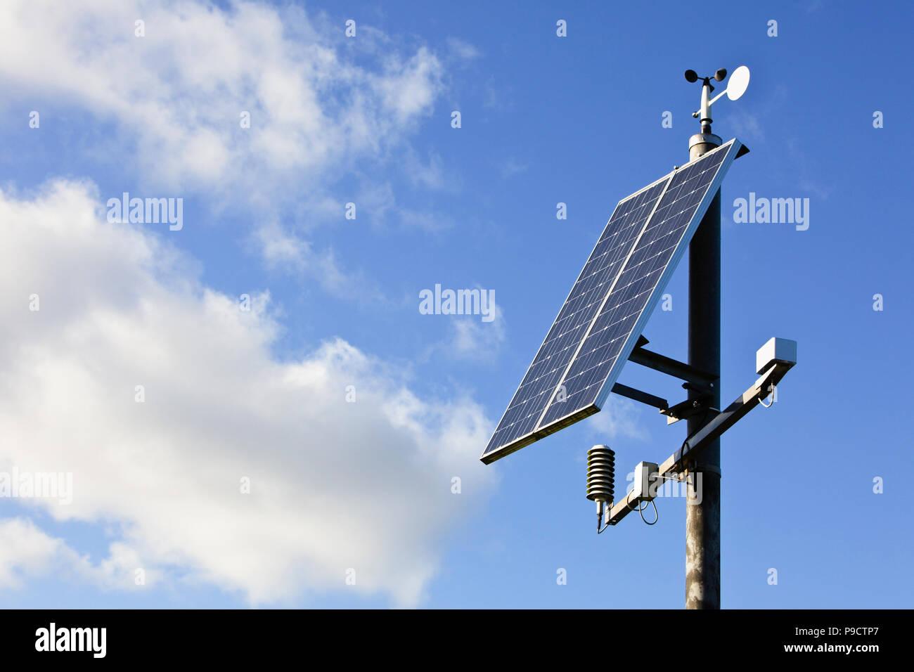 Alimentato con energia solare meteo e inquinamento atmosferico della stazione di monitoraggio, England Regno Unito Immagini Stock