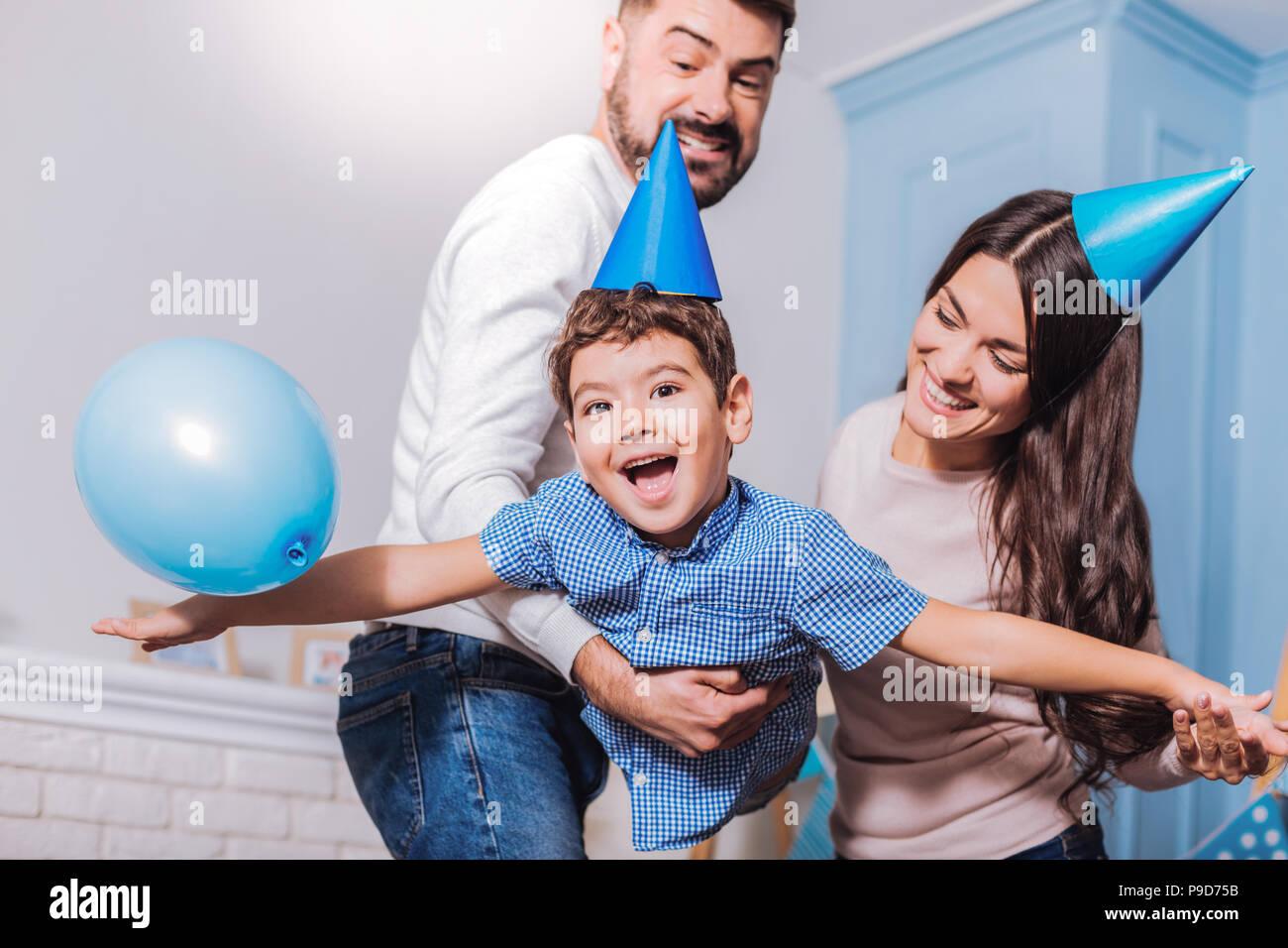 La famiglia felice avente festa di compleanno Immagini Stock