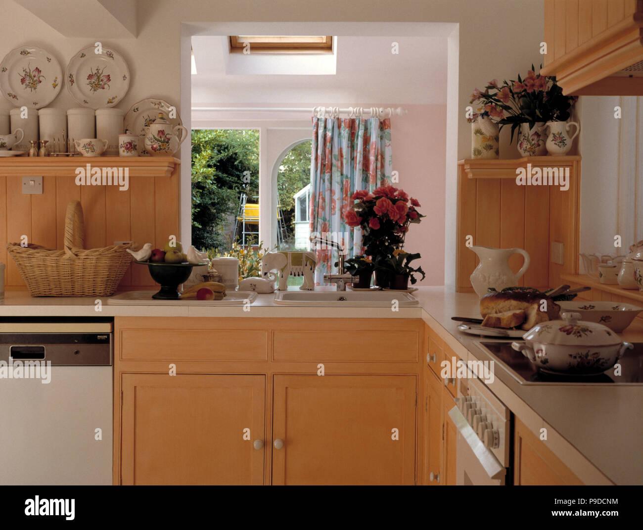 Close-up di angolo di piccola cucina con colore arancione ...