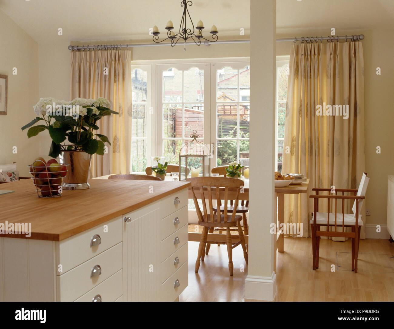 Unità di isola e dipinte RSJ in una townhouse cucina e sala ...