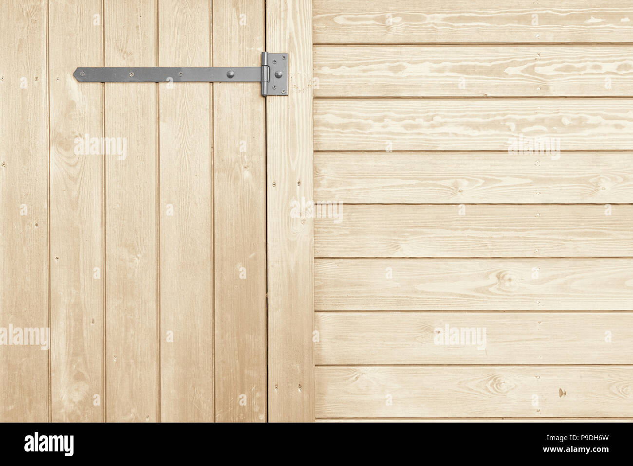 Cerniere Per Cancelli Di Legno : Le linee verticali e orizzontali di tavole di legno con ferro