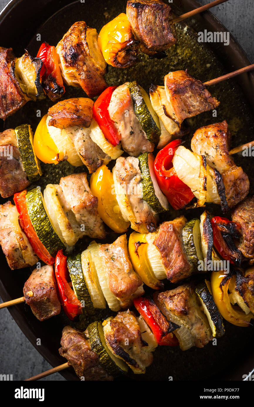 Grigliata di shish kebab o spiedini con verdure su spiedini. Grigliata di carne. Close up. Immagini Stock