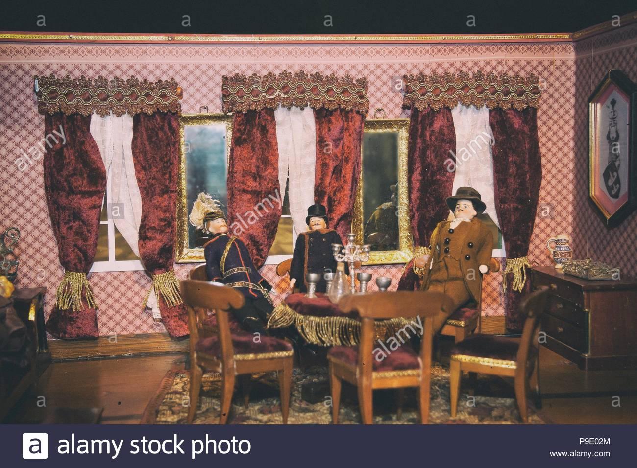 Dolls house soggiorno, uomini, un uomo militare, giocattoli, antico ...