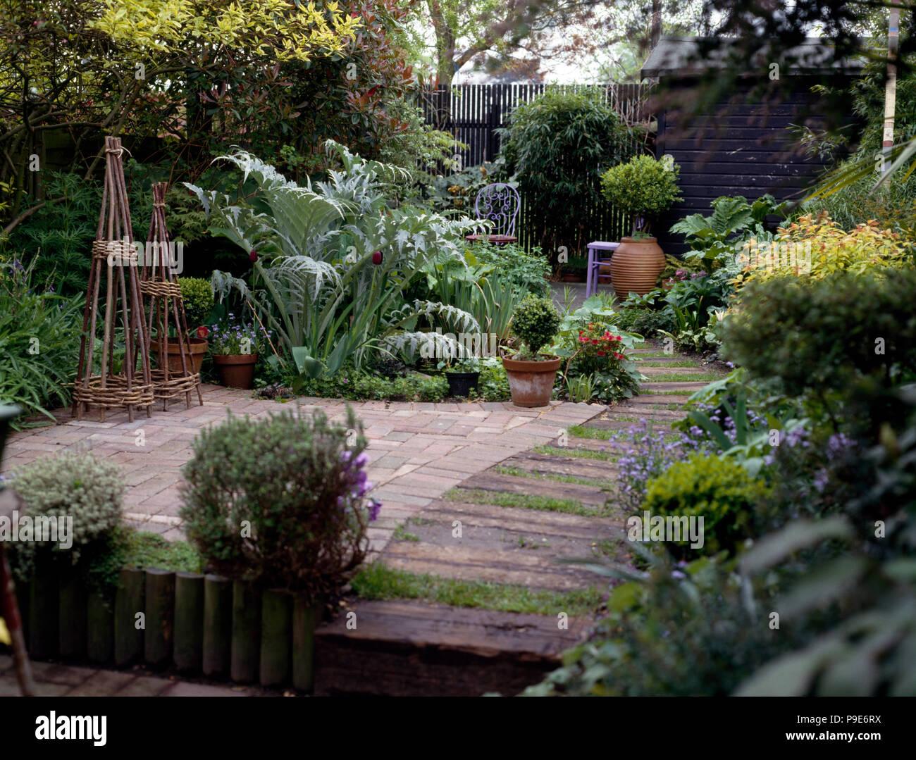 Willow Obelischi Sulla Piccola Terrazza Nel Giardino Di Casa