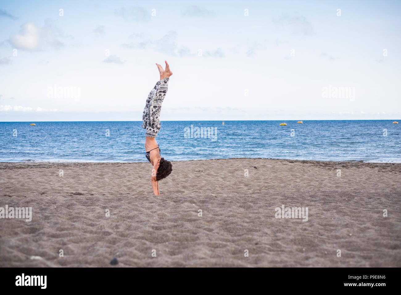 Carina ragazza caucasica in piedi sul lato presso la spiaggia all'aperto in estate le attività per il tempo libero. oceano nel backgorund. Godersi la vita e il bilanciamento Immagini Stock