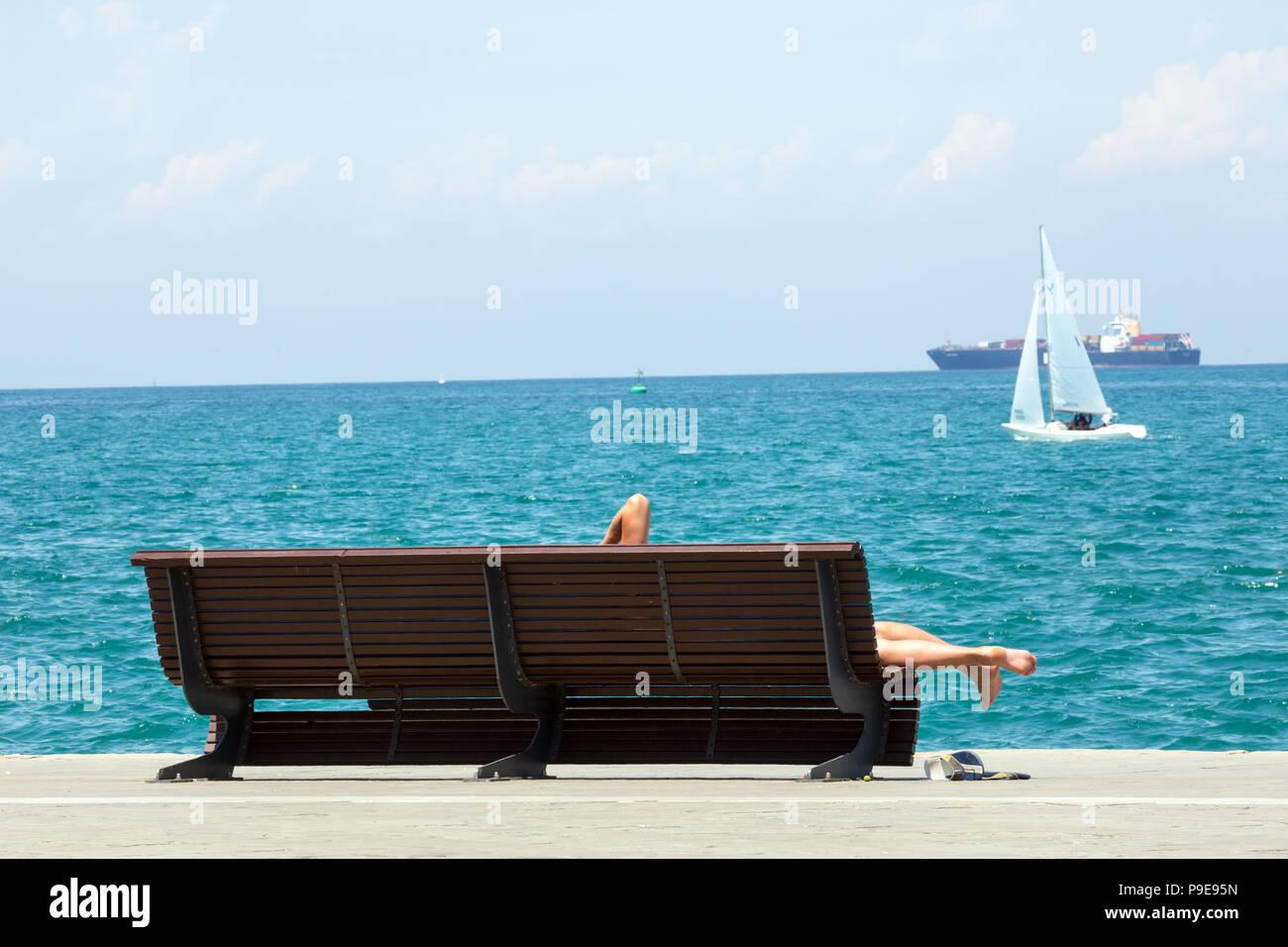 Bagni di sole sulla spiaggia foto & immagine stock: 212370865 alamy