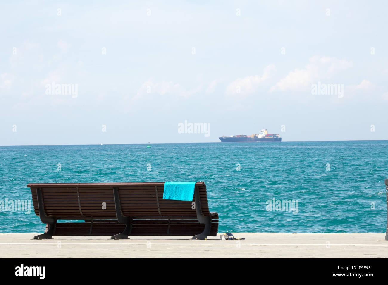 Bagni di sole sulla spiaggia foto & immagine stock: 212370929 alamy