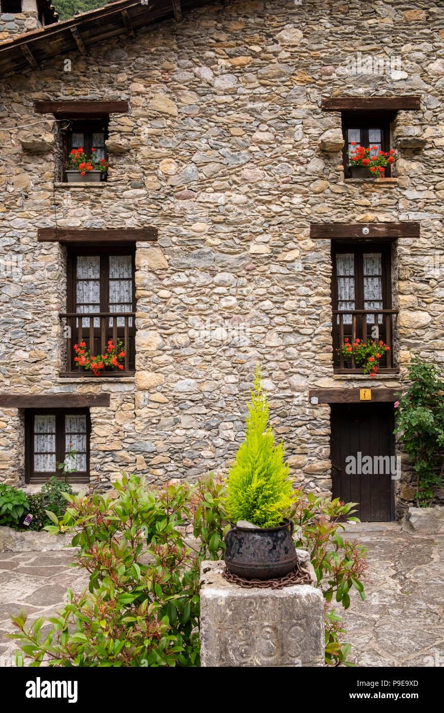 Pietra di granito facciata di casa con gerani crescendo in - Finestra in spagnolo ...