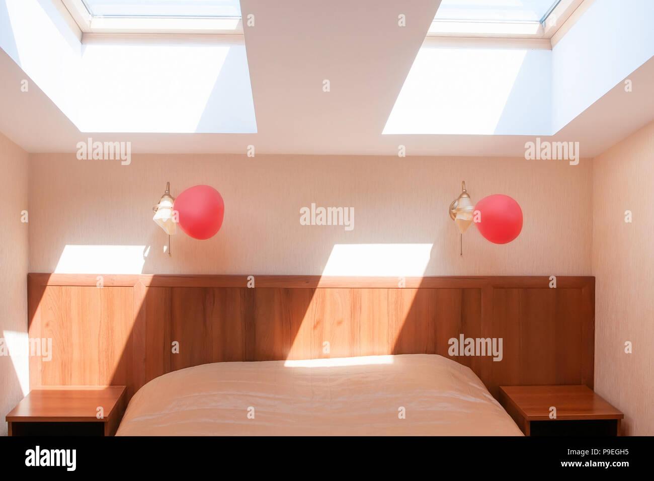 Letto A Soffitto Matrimoniale Design.Luce Chiara Hotel Camera Da Letto Matrimoniale Con Finestre A