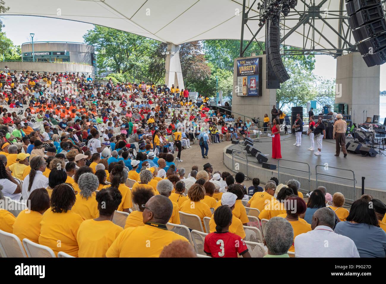 Detroit, Michigan - Senior amicizia Day, un evento che ha portato migliaia di cittadini anziani di Chene Park per la musica, balli e cibo. Le anche Foto Stock